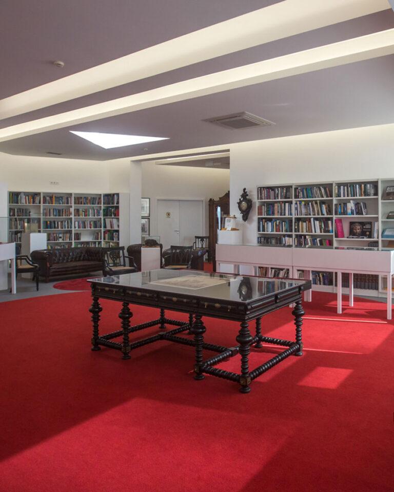 Read more about the article Fundo José Ernesto Rezendes no Centro Natália Correia com mais de 3000 livros